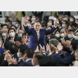 自民党の新総裁に選出され、拍手に応える菅官房長官(C)共同通信社