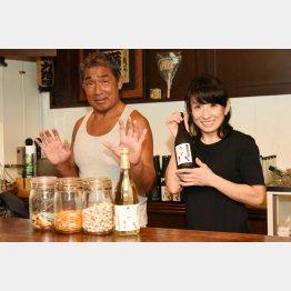夫の維新力さん(左)とカウンターに立つ穂積詩子さん(C)日刊ゲンダイ