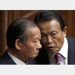 評価しない(再任された麻生太郎財務相=右、と二階俊博自民党幹事長)/(C)日刊ゲンダイ