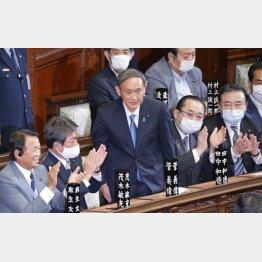 衆院本会議で第99代首相に指名され、起立する自民党の菅義偉総裁(C)日刊ゲンダイ
