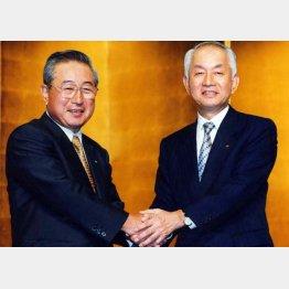 1999年10月、合併会見で握手をする西川善文住友銀行頭取(右)と岡田明重さくら銀行頭取(C)日刊ゲンダイ