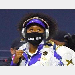 ブレオナ・テイラーさんの名前入りマスクをつけて登場した大坂なおみ(C)ロイター/USA TODAY Sports