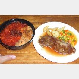 イクラウニ丼とステーキ(C)日刊ゲンダイ