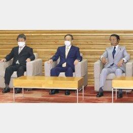 組閣10日で…(左から、18日、初閣議に臨む茂木外相、菅首相、麻生財務相)/(C)共同通信社