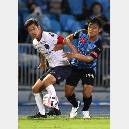 川崎戦でボールをキープするカズ(C)Norio ROKUKAWA/office La Strada