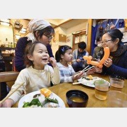 おなかいっぱいになってほしい(子ども食堂で食事する親子連れ)/(C)共同通信社