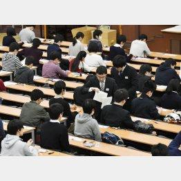 大学入試センター試験で、問題冊子の配布を待つ受験生(C)共同通信社