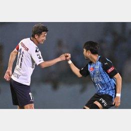川崎・小林(右)とグータッチ(C)Norio ROKUKAWA/office La Strada