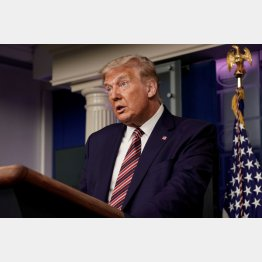 27日、ホワイトハウスの記者会見で、報道陣に話すトランプ米大統領(C)ロイター