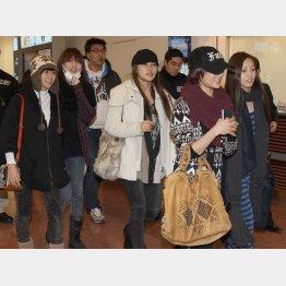 解散騒動後、5人そろって来日したKARA(右端がク・ハラ=2011年撮影)/(C)日刊ゲンダイ