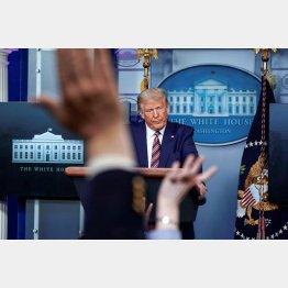 トランプ米大統領の所得税不納付問題で、質問を浴びせる米報道陣(C)ロイター