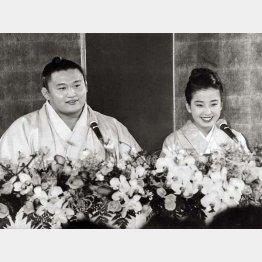 婚約記者会見での貴花田(左)と宮沢りえ(C)日刊ゲンダイ