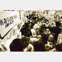 スーパーのトイレットペーパー売り場に殺到する主婦ら―(C)山陽新聞/共同通信イメージズ