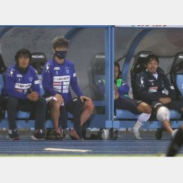 川崎戦に先発してベンチに退いた(左から)中村、カズ、松井のベテラン勢(C)Norio ROKUKAWA/office La Strada
