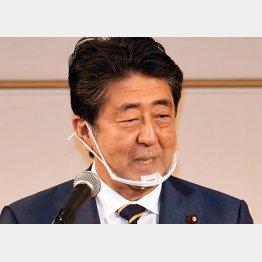 アベノマスクもやめた(安倍前首相)/(C)日刊ゲンダイ