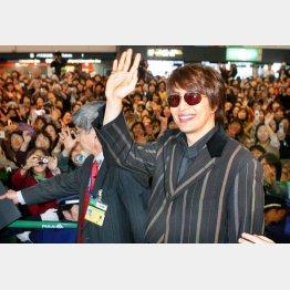 来日した際、たくさんのファンが空港で出迎えた(2004年)/(C)日刊ゲンダイ