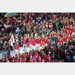2016年リオ五輪の開会式で入場行進する日本選手団(C)日刊ゲンダイ