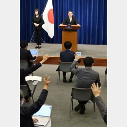 菅首相は会見の場で記者と対峙してはどうか(C)共同通信社