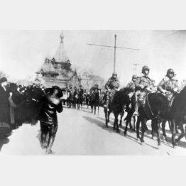 満州事変の際にハルビンに入る関東軍(1931年)/(C)共同通信社