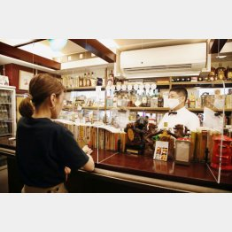 アクリル板は営業前に毎日磨く。グラスを磨くほうが気が楽とも(C)日刊ゲンダイ