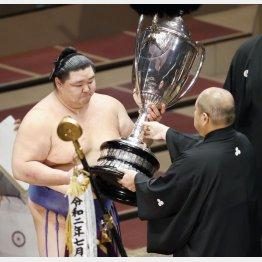 賜杯を受け取る正代(C)日刊ゲンダイ