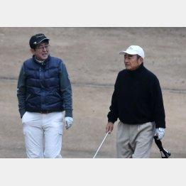 安倍首相(当時)とゴルフを楽しむ古森重隆氏(右)/(C)日刊ゲンダイ