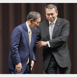 自民党の新総裁に決まり、小此木八郎元国家公安委員長(右)からねぎらいを受ける菅官房長官(C)共同通信社