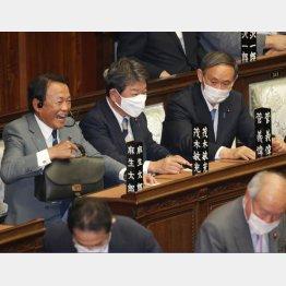 無策が露呈(右から、菅首相、茂木外相、麻生財務相)/(C)日刊ゲンダイ