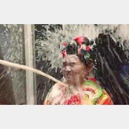 頭からシャンパンシャワーを浴びて…(提供写真)
