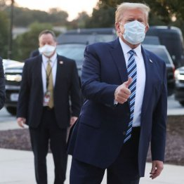 """コロナ感染トランプ3日ぶり退院 マスク姿で""""サムズアップ"""""""