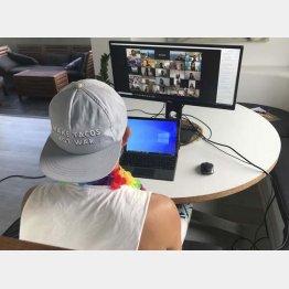 コロナ鬱は世界でも拡大(メンタルヘルスに関するグループのオンライン対話に参加する男性=豪、シドニー)/(C)ロイター=共同