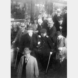 東京駅のプラットホームで狙撃され周りの人に抱えられる浜口雄幸首相(中央・白ひげ=昭和5年11月14日)/(C)共同通信社