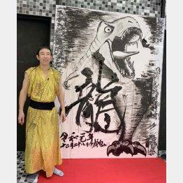 自身の作品の前に立つモンキッキーさん(C)浅井企画