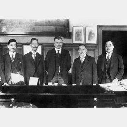 ロンドン軍縮会議における日英初会合に出席した、若槻礼次郎日本全権(左2)、財部彪海軍相(左4)ら(1930年1月)/(C)共同通信社