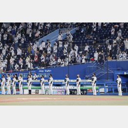 国歌斉唱で間隔を空けて整列するロッテの井口資仁監督(右端)ら=6日(C)共同通信社