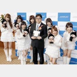 秋元康(中央)とAKB48のメンバー(2013年撮影)/(C)共同通信社