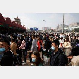 国慶節で混雑する中国・北京駅(C)ロイター