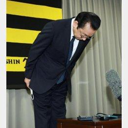 記者会見で頭を下げる揚塩球団社長(代表撮影)