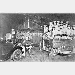 5・15事件の際にトラックの荷台に乗って警備に出動する憲兵隊員たち(1932年5月15日=日本電報通信社撮影)