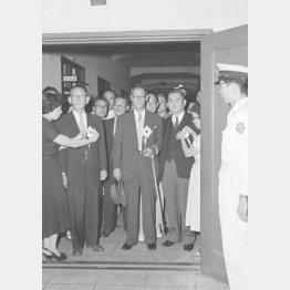 巣鴨拘置所から仮出所するA級戦犯の橋本欣五郎、鈴木貞一、賀屋興宣の各氏(左から、1955年9月17日)/(C)共同通信社