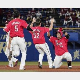 サヨナラ二塁打を放ち笑顔のロッテ井上(右)/(C)共同通信社