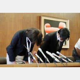 記者会見で謝罪する兵庫県宝塚市の森恵実子教育長(左)ら(C)共同通信社