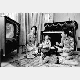 家族みんなでテレビを囲んだ昭和の家庭(C)共同通信社