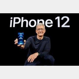 5G初対応の「iPhone12プロ」を披露するクックCEO(C)ロイター=共同