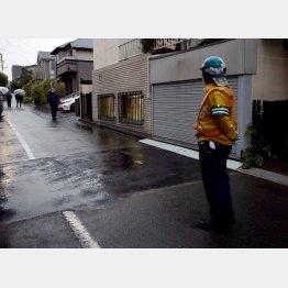 巨大な穴は19日未明に埋められた(東京都調布市)/(C)日刊ゲンダイ