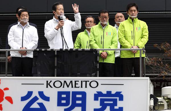 18日、公明党の山口代表(左2)も大阪入りし賛成呼び掛け(C)日刊ゲンダイ