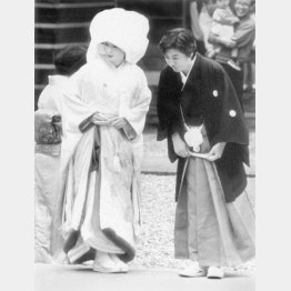ファンの歓声におじぎでこたえる沢田・田中カップル(C)共同通信社