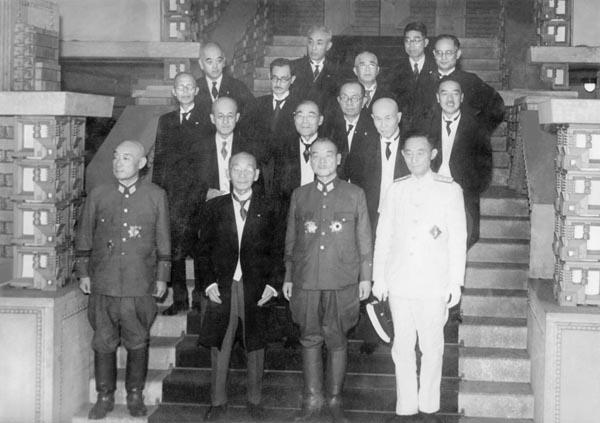 東條内閣のあとに組閣された小磯国昭内閣の記念写真(1944年7月22日、首相官邸)/(C)共同通信社