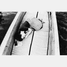 柳川の渡し舟で眠る陽子。1971年撮影(「センチメンタルな旅」から)/(提供写真)