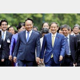 ベトナムで害遊デビュー(談笑するベトナムのフック首相と菅首相=右)/(C)AP=共同